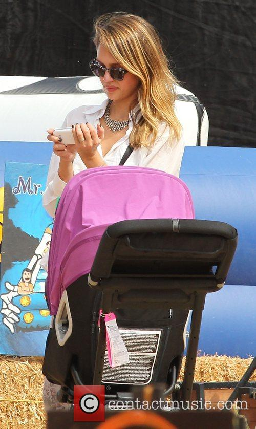 jessica alba spends the day with her 4116532