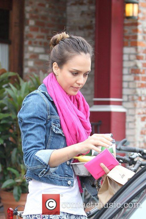 jessica alba stops for coffee in brentwood 5874637