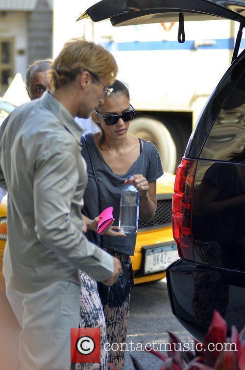 jessica alba departs her hotel and heads 5883621