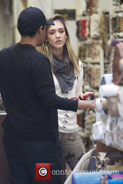 jessica alba buys fabric at a store 5947126