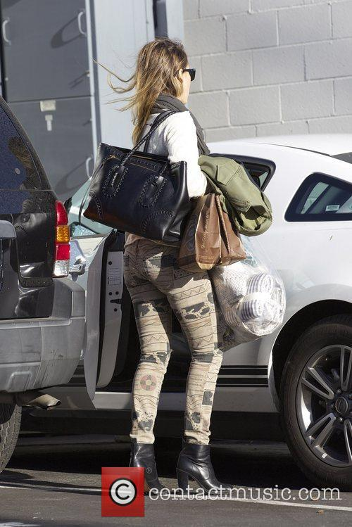 jessica alba arrives to her office in 5947190