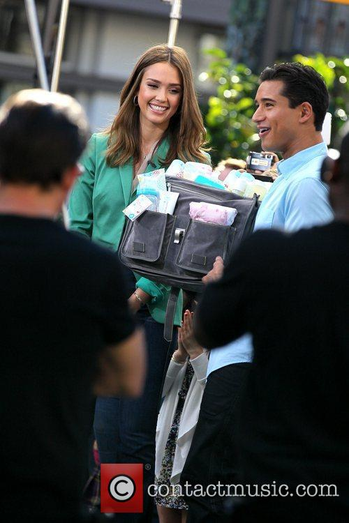 jessica alba appears on extra at the 5785046