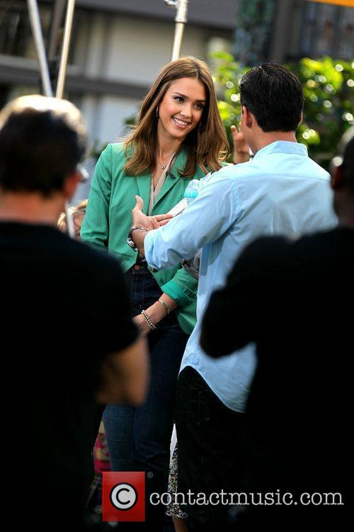 jessica alba appears on extra at the 5785051