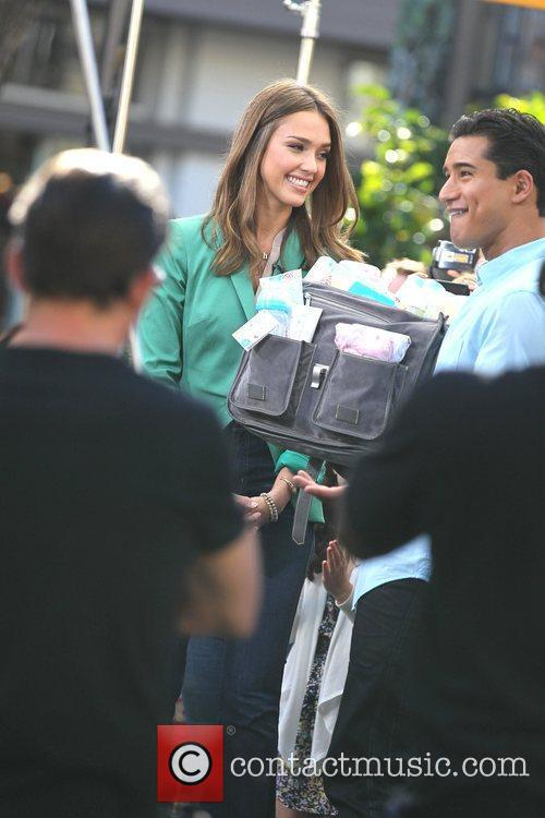 jessica alba appears on extra at the 5785053