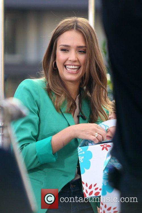 jessica alba appears on extra at the 5785186