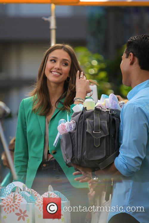jessica alba appears on extra at the 5785188