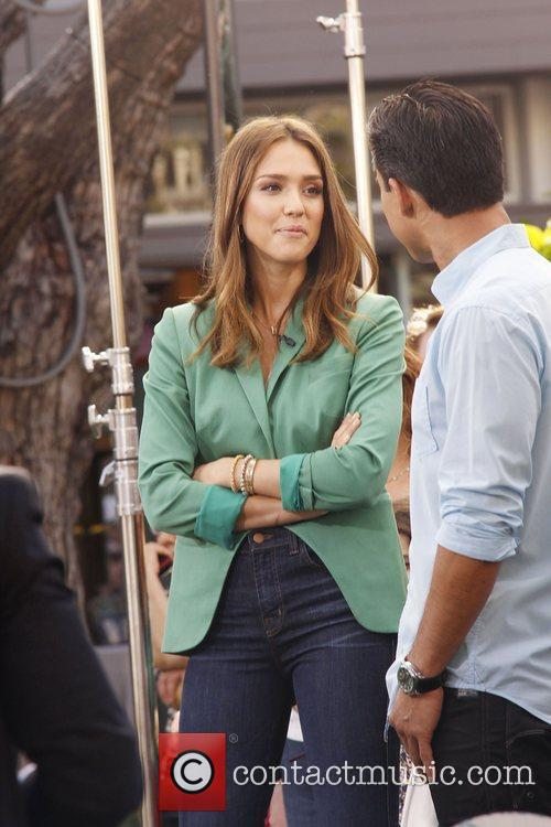 jessica alba appears on extra at the 3700971