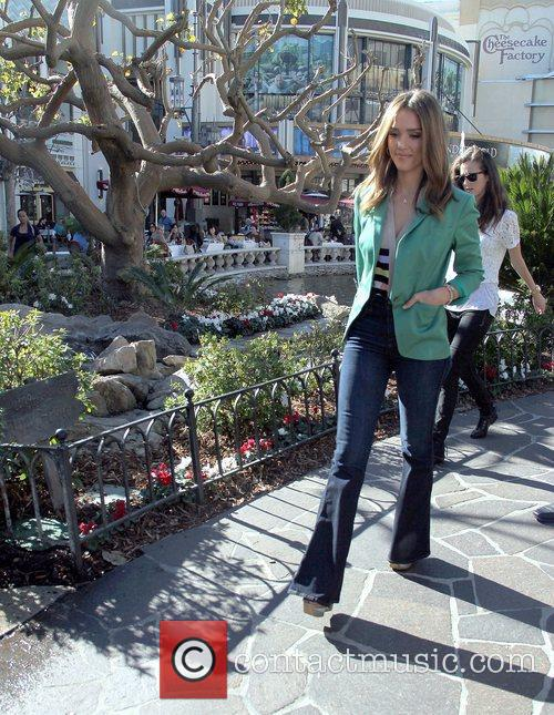jessica alba appears on extra at the 3701209