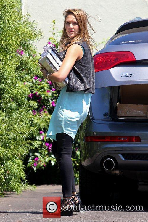 jessica alba arrives at an office building 5898320