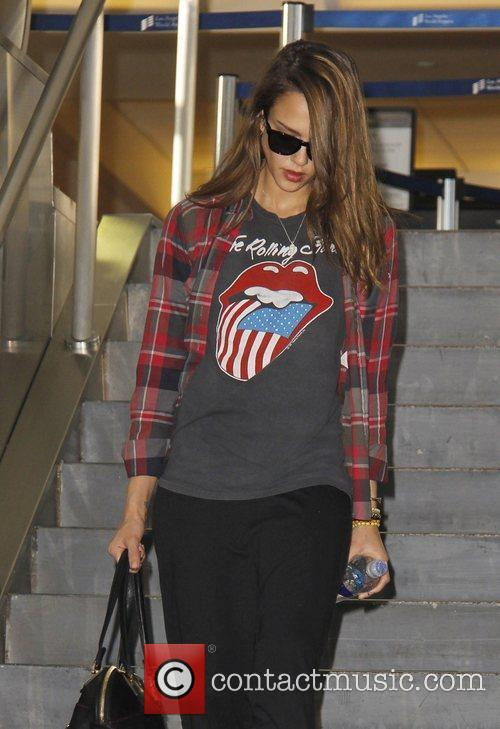 a tired looking jessica alba arrives at 3772756