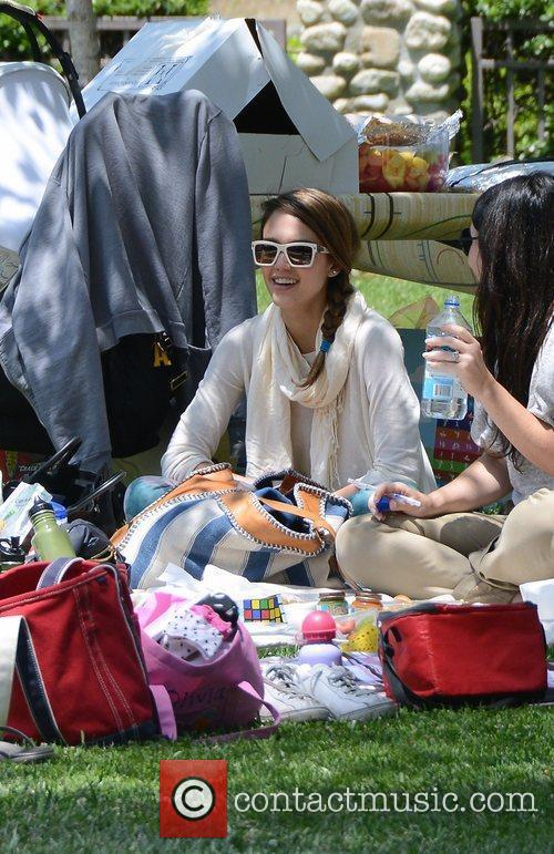 jessica alba takes her daughters to a 3876266