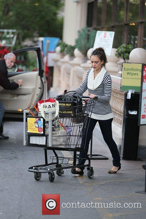 jessica alba and her mother grocery shopping 5772977