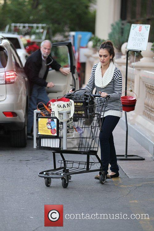 jessica alba and her mother grocery shopping 5772979