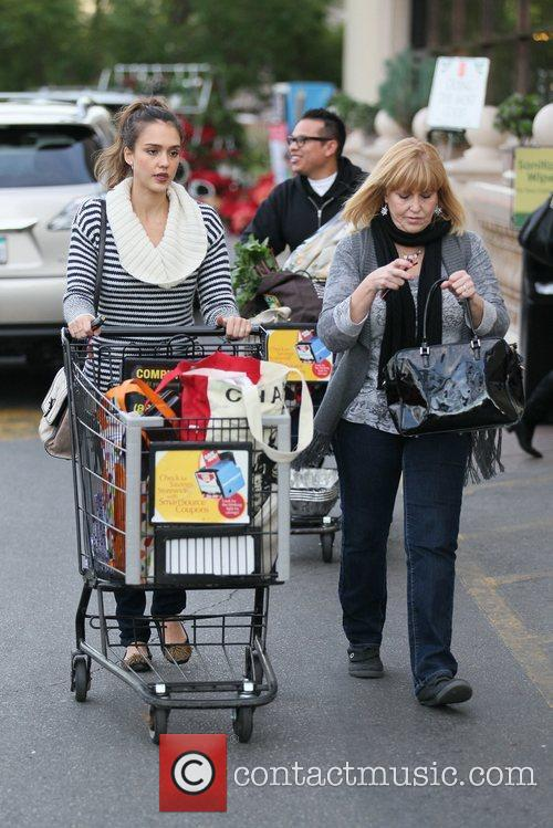 jessica alba and her mother grocery shopping 5772987