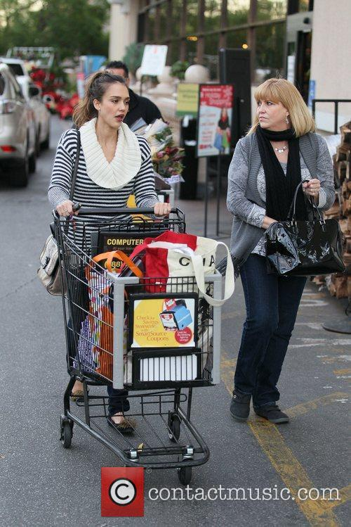 jessica alba and her mother grocery shopping 5772995