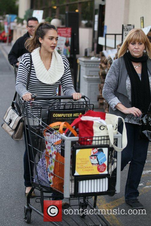 jessica alba and her mother grocery shopping 5772997
