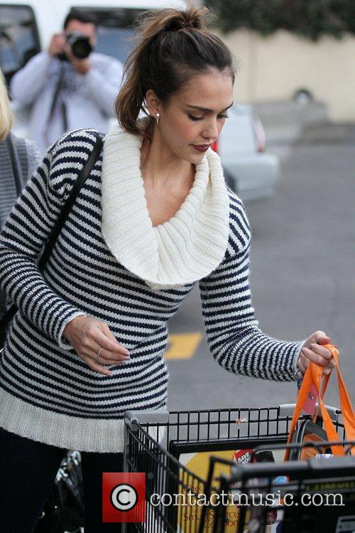 jessica alba and her mother grocery shopping 5773001