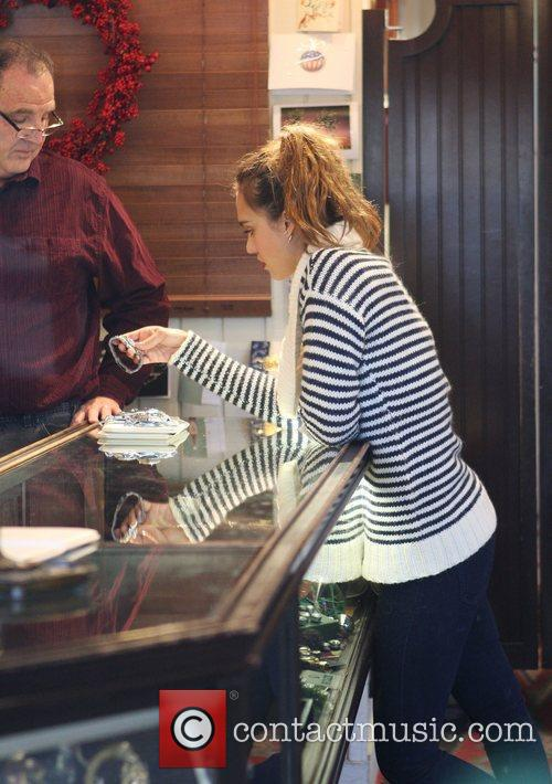 jessica alba shopping for a watch on 5772955