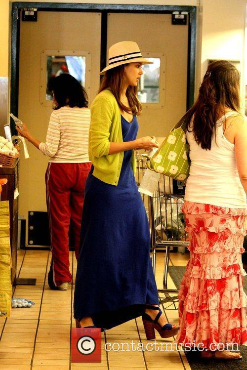 jessica alba shopping for groceries at whole 5847026