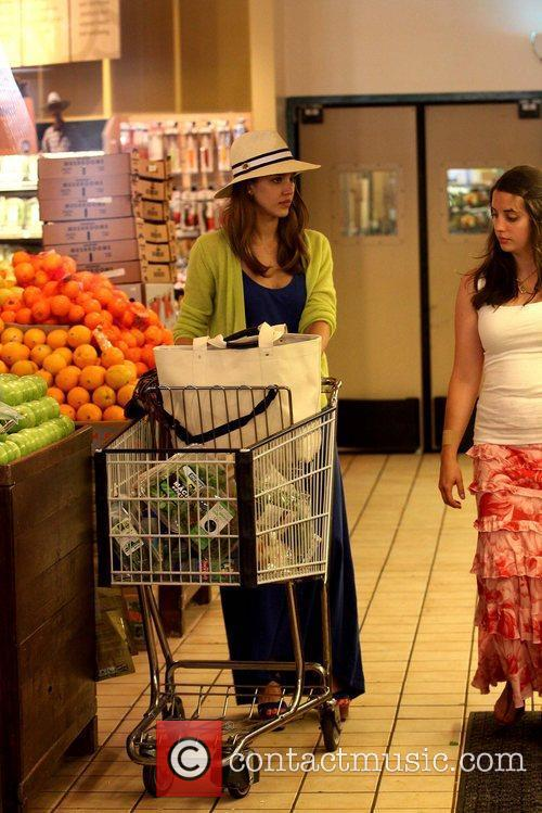 jessica alba shopping for groceries at whole 5847028
