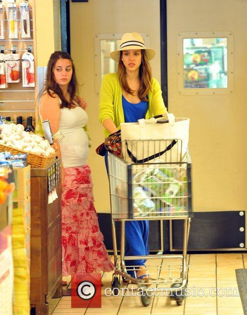 jessica alba shopping for groceries at whole 5847032