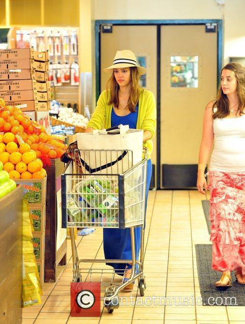 jessica alba shopping for groceries at whole 5847034