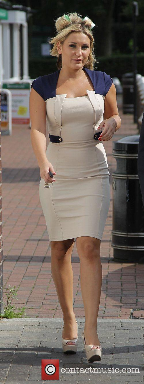 Sam Faiers walks to a nearby estate agent...