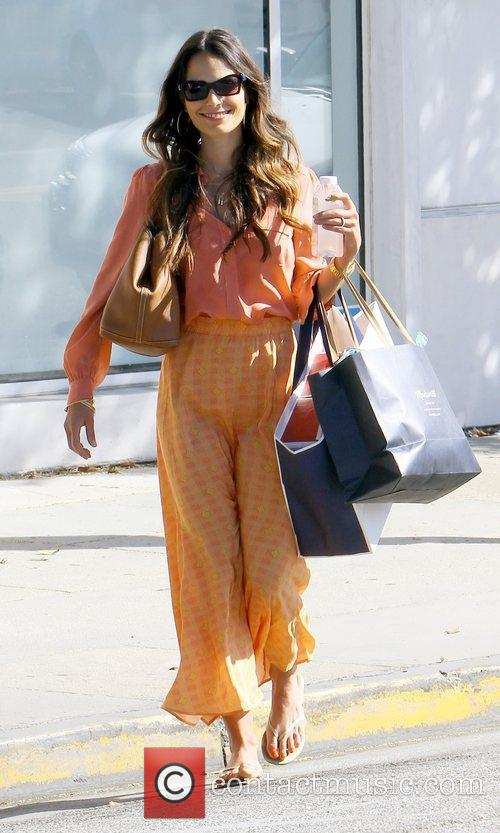 a stylish looking jordana brewster carries bags 3967079