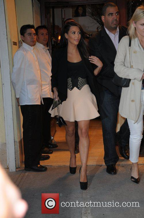 kim kardashian pose with fans before heading 5832293