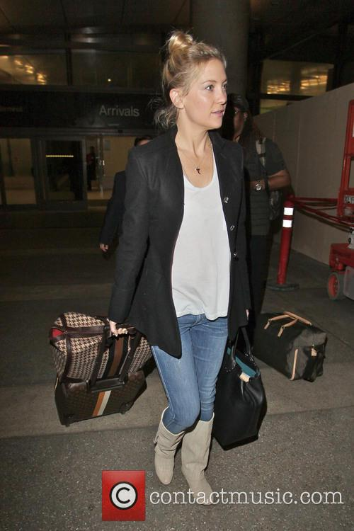 kate hudson arriving at lax airport with 20023780