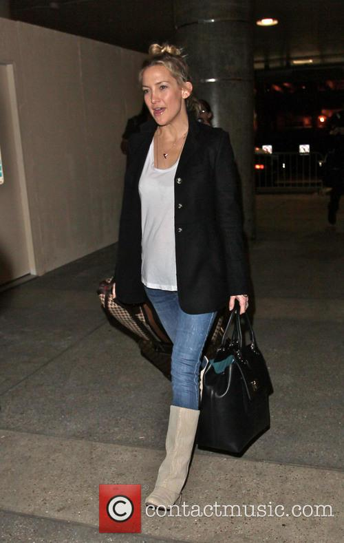 kate hudson arriving at lax airport with 20023785