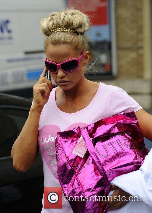 katie price and her entourage leave the 3979920