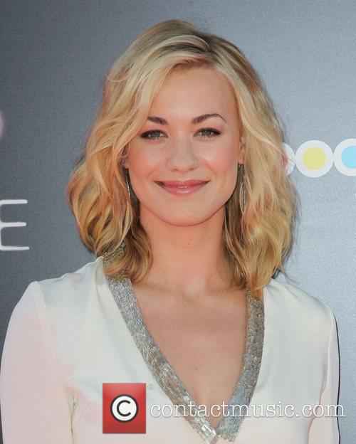 Yvonne Strahovski and Grauman's Chinese Theatre 2
