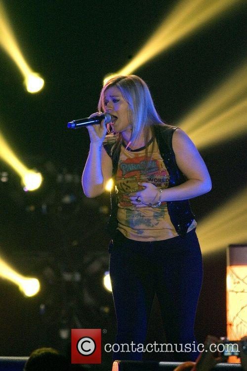 kelly clarkson performing at the braehead arena 4129821