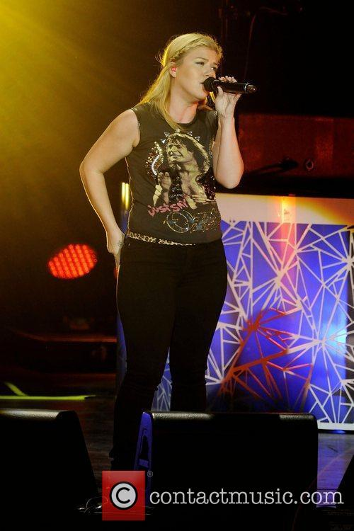 kelly clarkson performs at molson canadian amphitheatre toronto 4049971