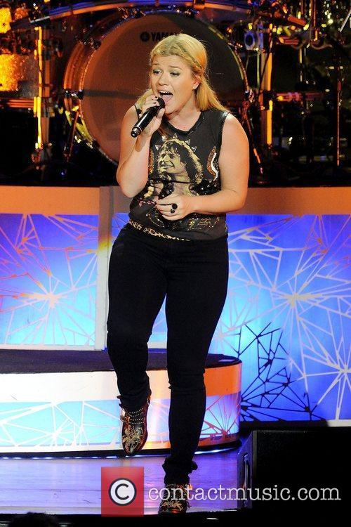 kelly clarkson performs at molson canadian amphitheatre toronto 4049977