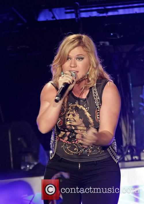 Kelly Clarkson MEN