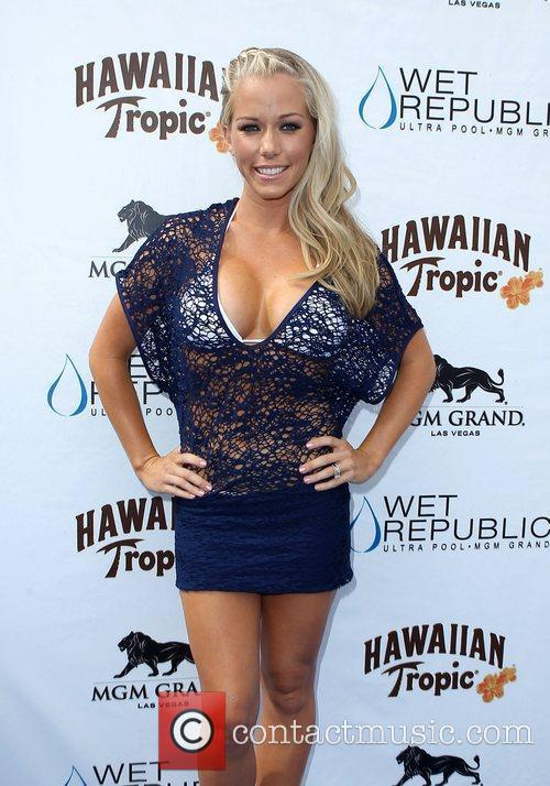 Kendra Wilkinson, Las Vegas and Mgm 11