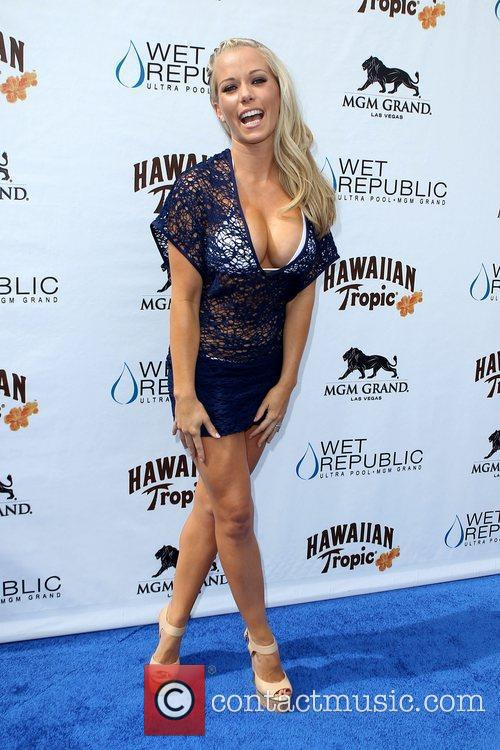 Kendra Wilkinson, Las Vegas and Mgm 24