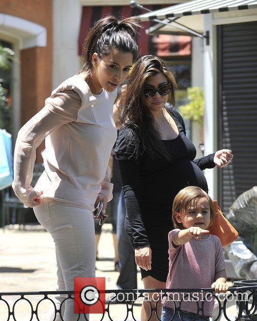 Kim Kardashian, Kourtney Kardashian and Mason 4