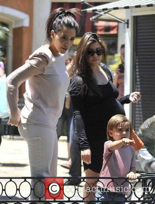 Kim Kardashian, Kourtney Kardashian and Mason 6