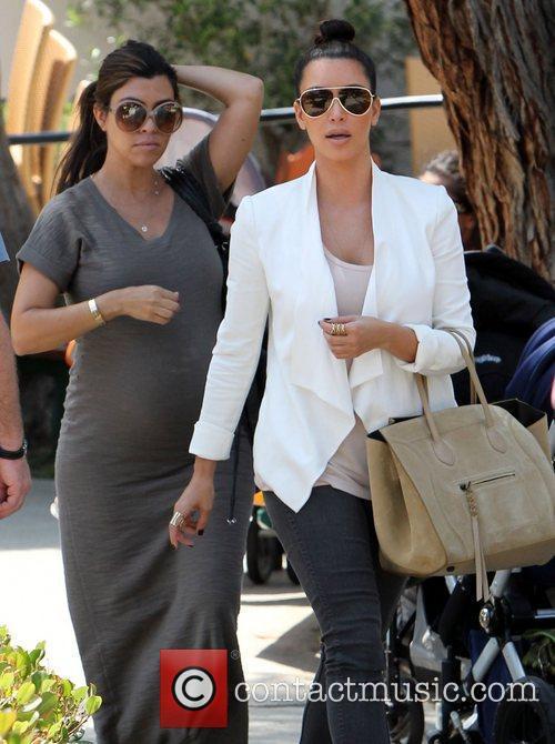 heavily pregnant kourtney kardashian shows off her 3866396