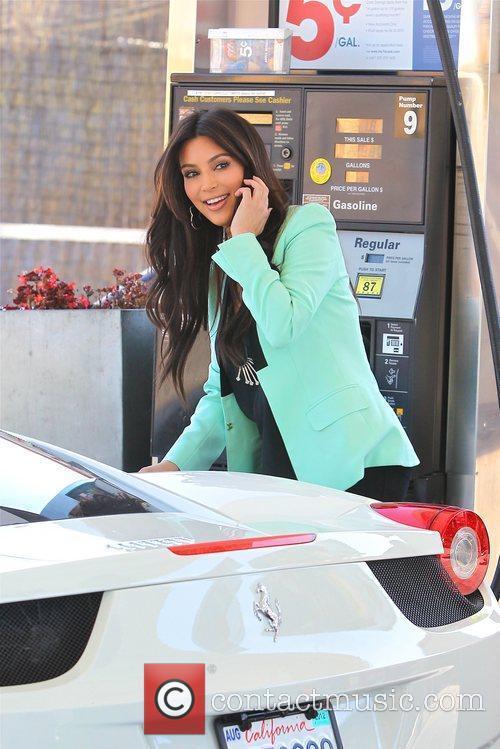 kim kardashian stopping for gas and signing 5807423