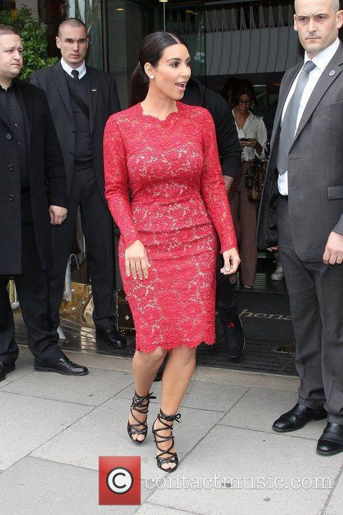 kim kardashian leaving her hotel london england   180512 3889061