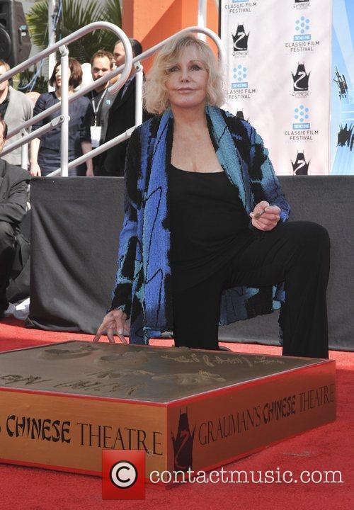 Kim Novak and Grauman's Chinese Theatre 2
