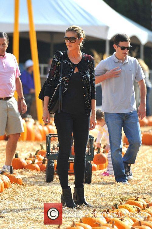 br>Heidi Klum spends the day picking pumpkins with...