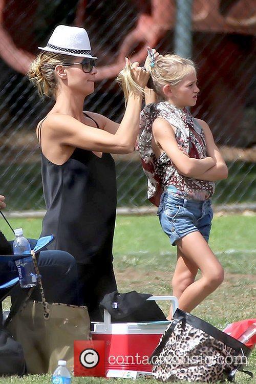 Heidi Klum fixes her daughter Leni Samuel's hair...