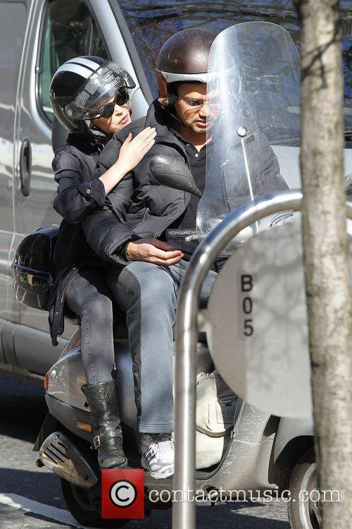 Kylie Minogue  catches a ride on a...