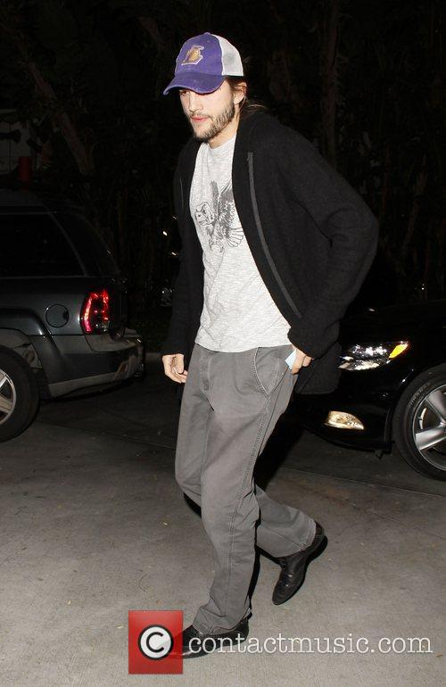 ashton kutcher appearing to be in good 3669718