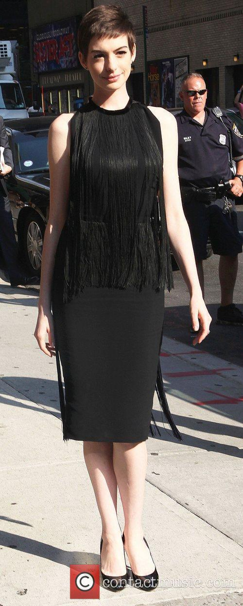 anne hathaway arrives for the the late 3986477